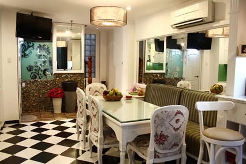Phòng ăn tránh lát loại gạch có màu đậm và tương phản.
